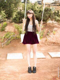 Девушка в юбке без трусов разделась в парке на качели - фото