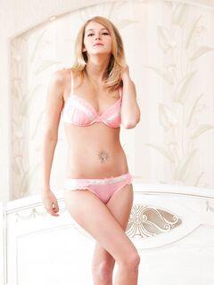 Блондинка стянула розовые трусики в спальне - фото