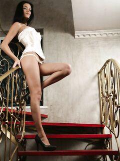 Красивая голая брюнетка без нижнего белья - фото