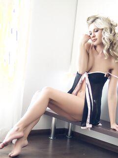 Красивая обнажённая блондинка в трусиках - фото эротика.