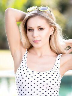 Красивая блондинка в купальнике - фото эротика PlayBoy.