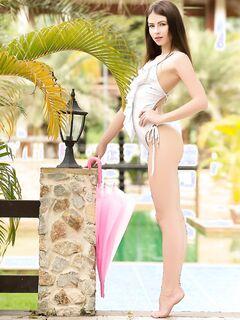Упругая голая брюнетка у бассейна - фото эротика.