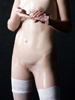 Модель в чулках и в масле раздвинула ноги - фото