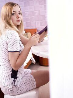 Блондинка с крупными буферами сняла пижаму в спальне - фото