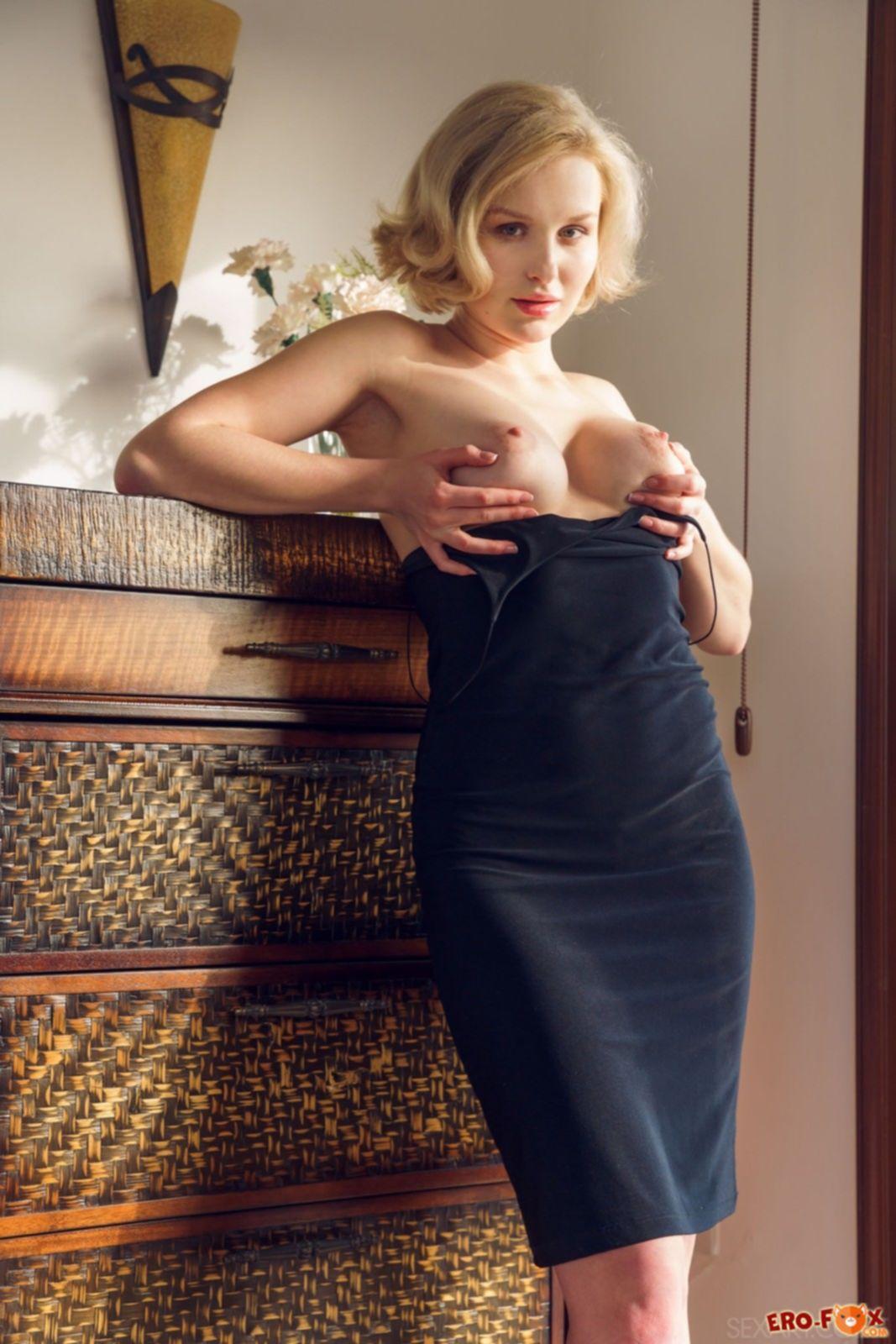 Дамочка в облегающем платье оголяет попу - фото
