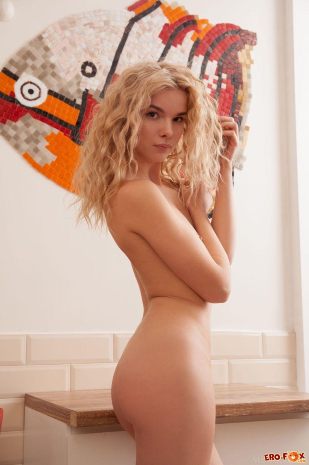Красивая блондинка сняла нижнее бельё - фото