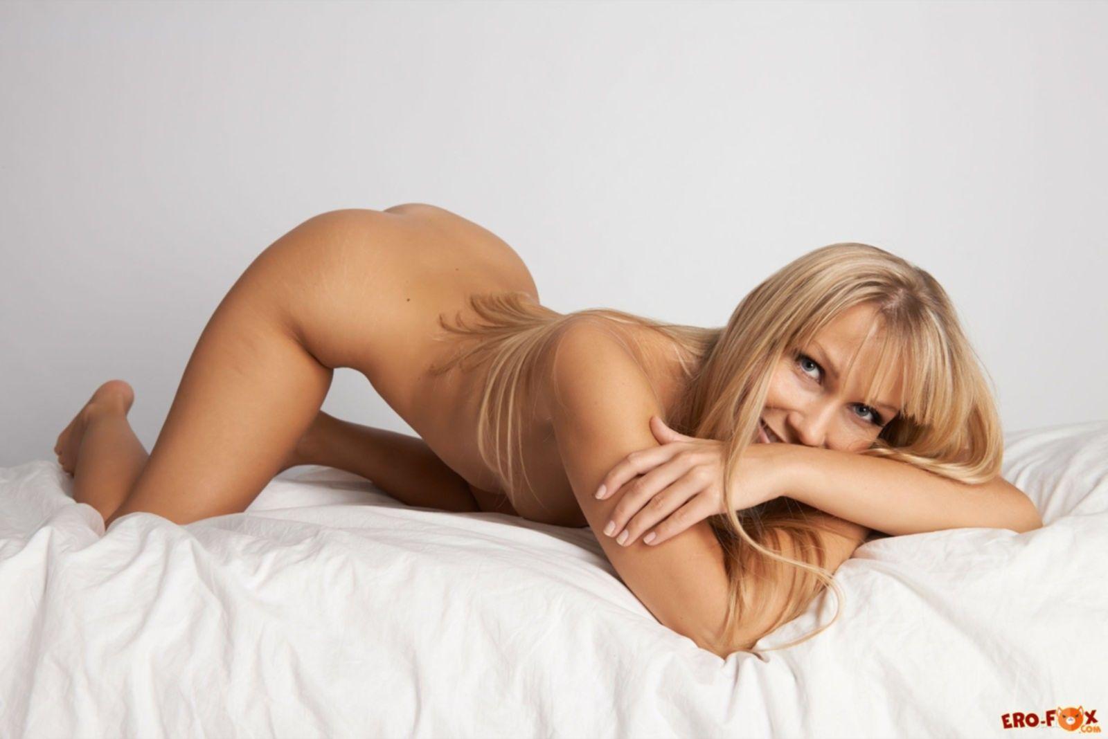 Голая блондинка с сексуальным телом - фото