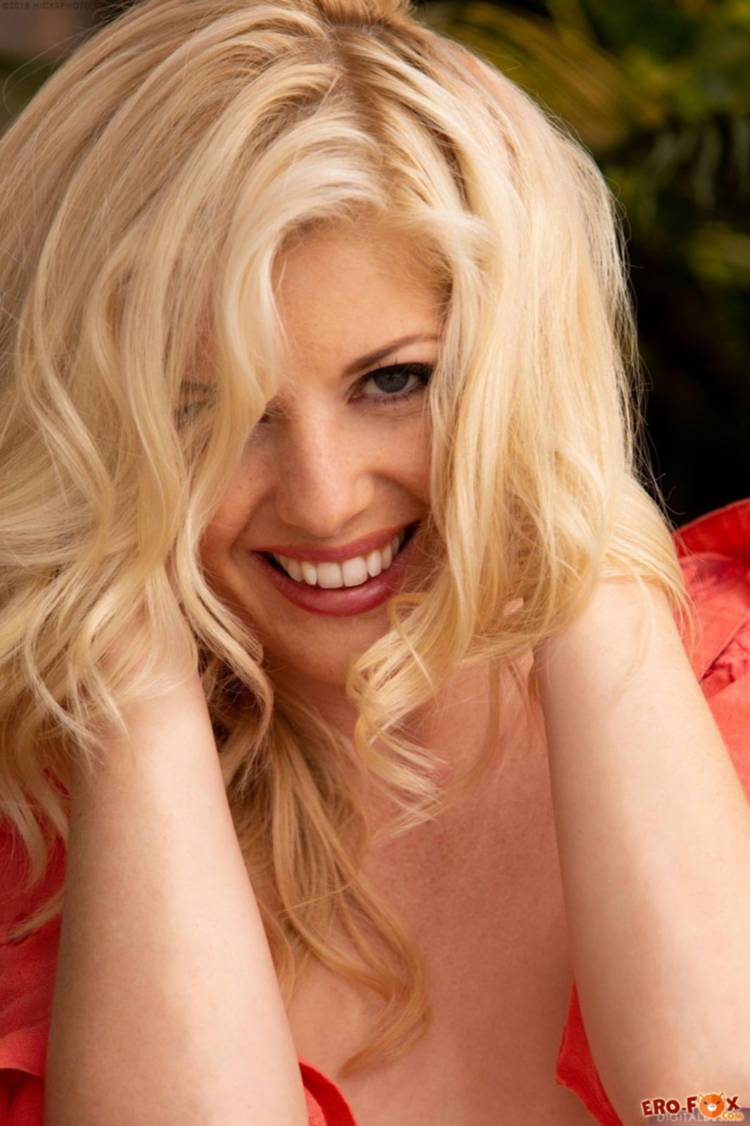 Блондинка с волосами на лобке - фото