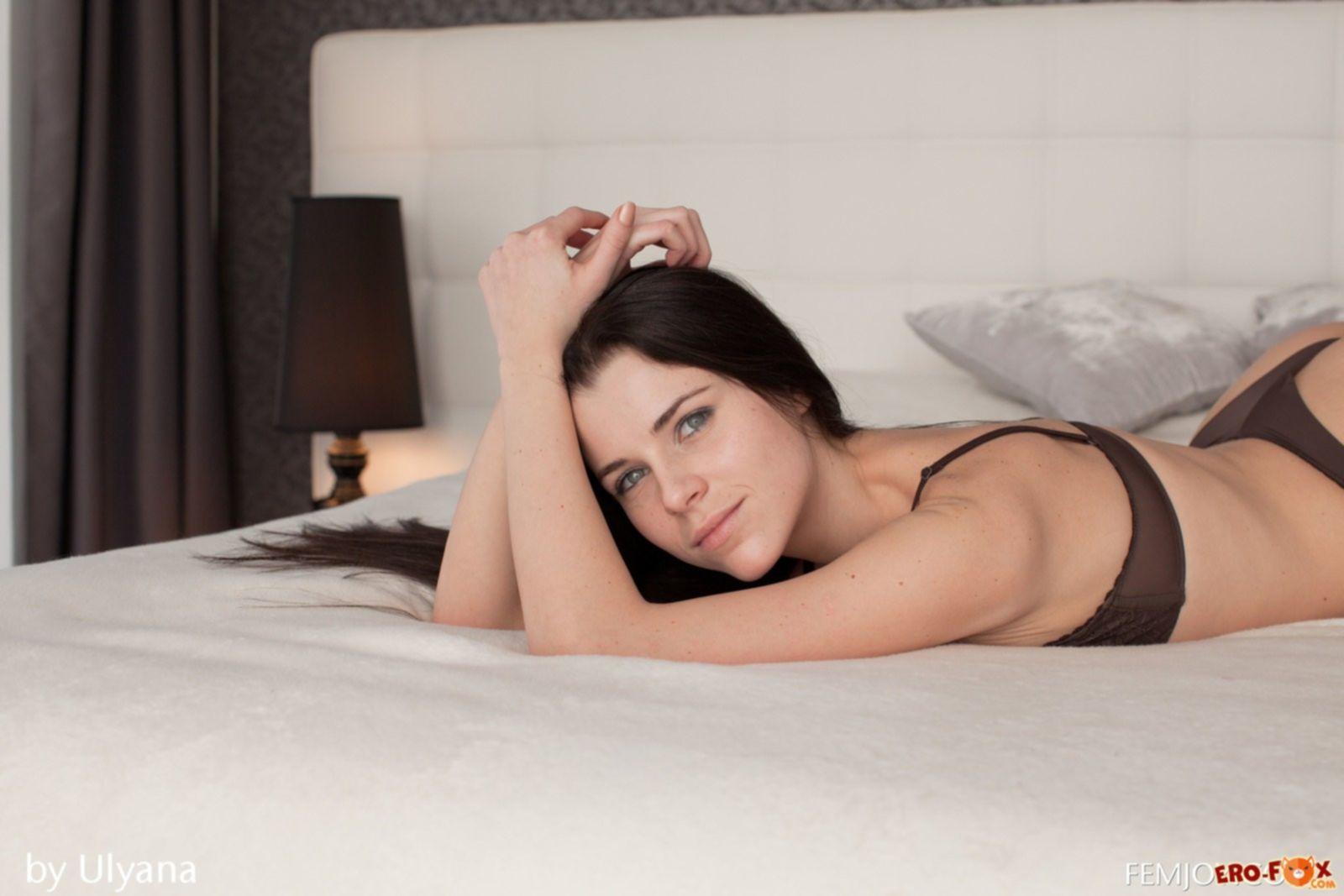 Хорошенькая девушка голая в постели утром - фото.