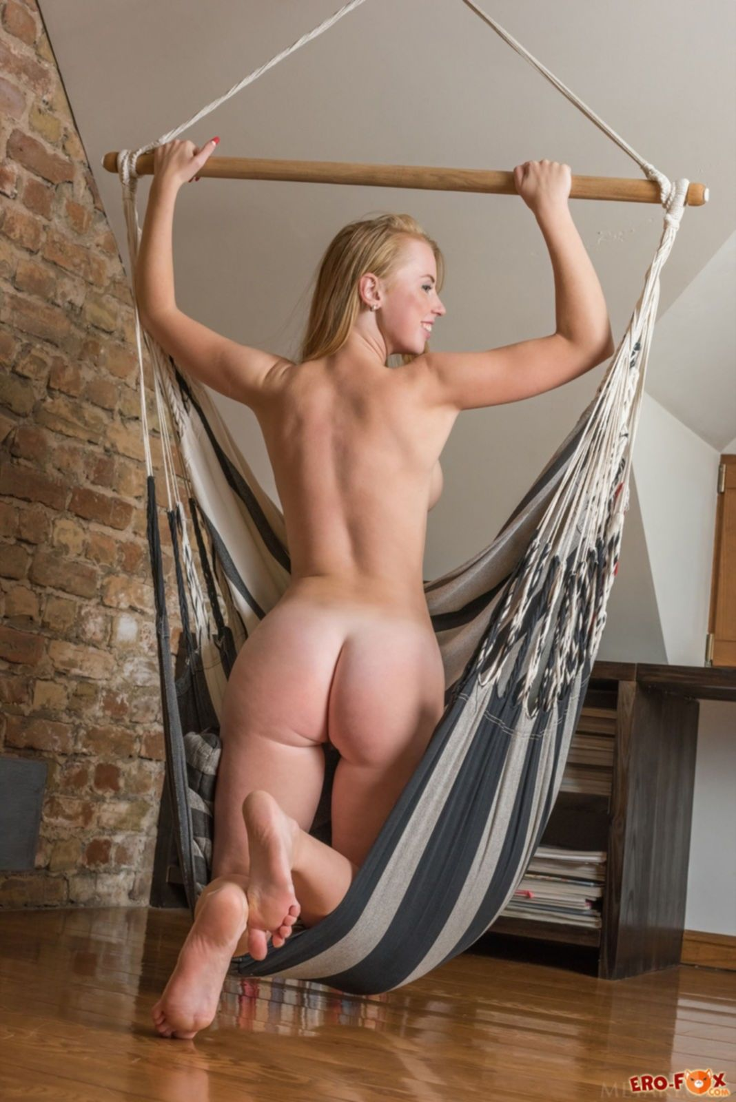 Голая блондинка с пышной жопой - фото