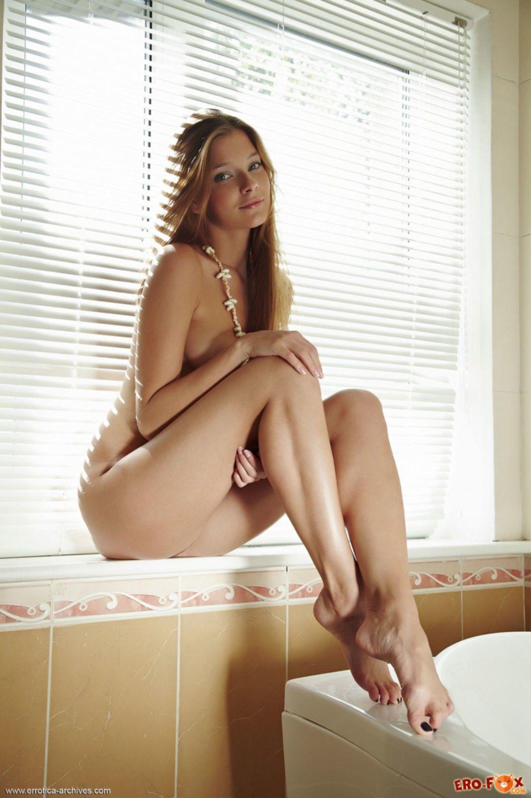 Красивая голая девушка в ванной комнате - фото эротика.