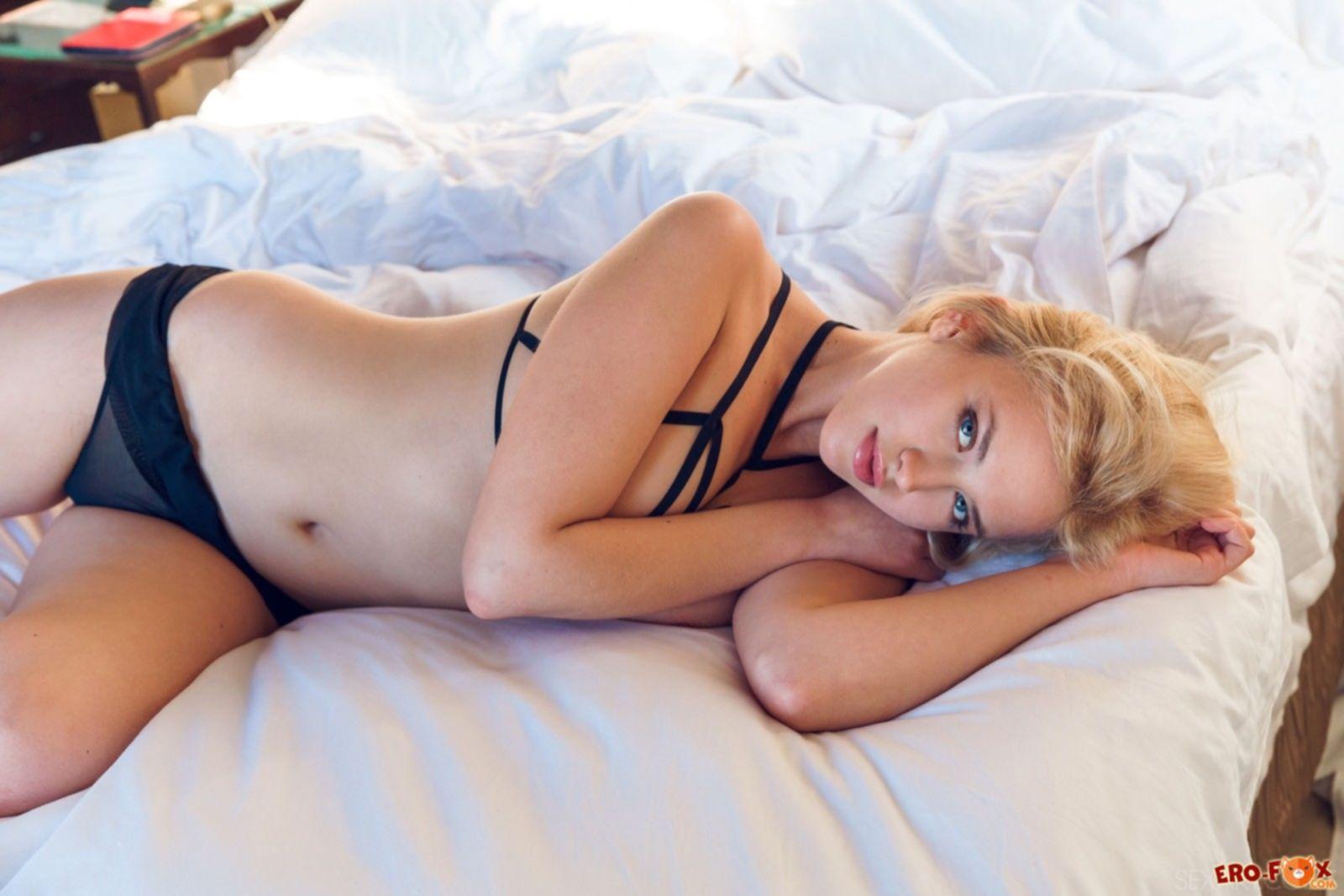 Красивая блондинка с сексуальным телом в постели - фото