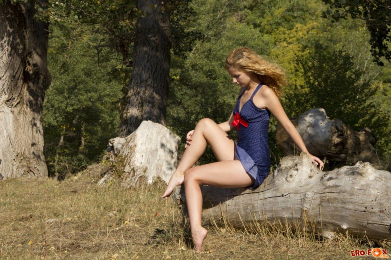 Юная голая красавица на природе - фото