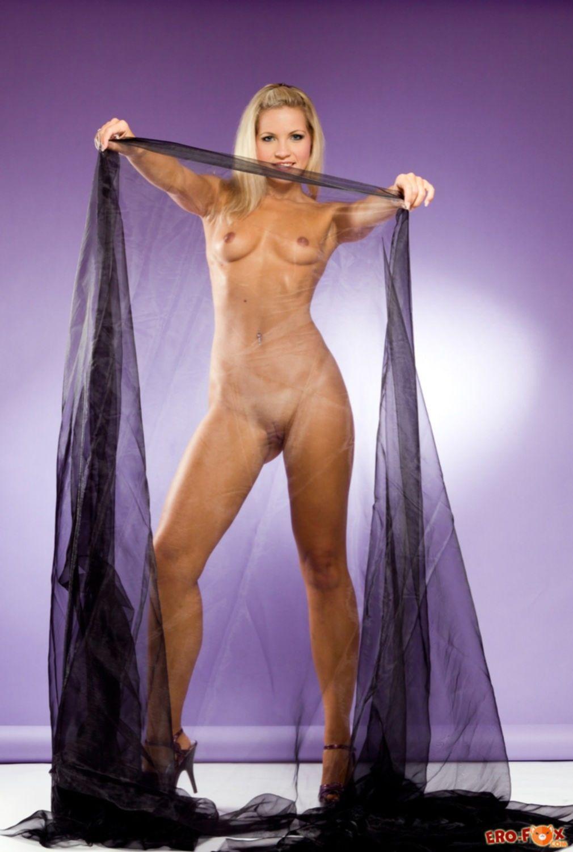 Красивая высокая блондинка с сексуальным телом - фото