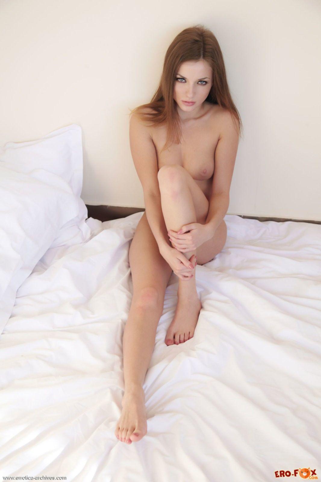 Сочный анус голой девушки в постели, фото крупным планом.