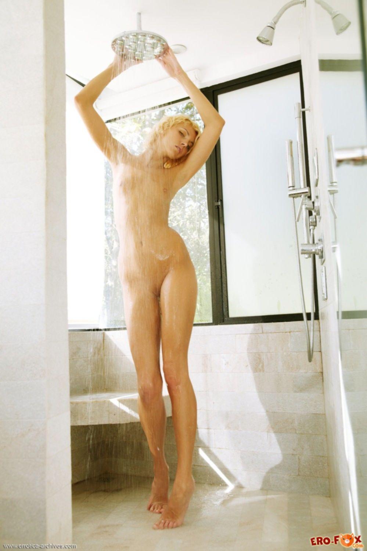 Голая моет письку и грудь под душем - фото