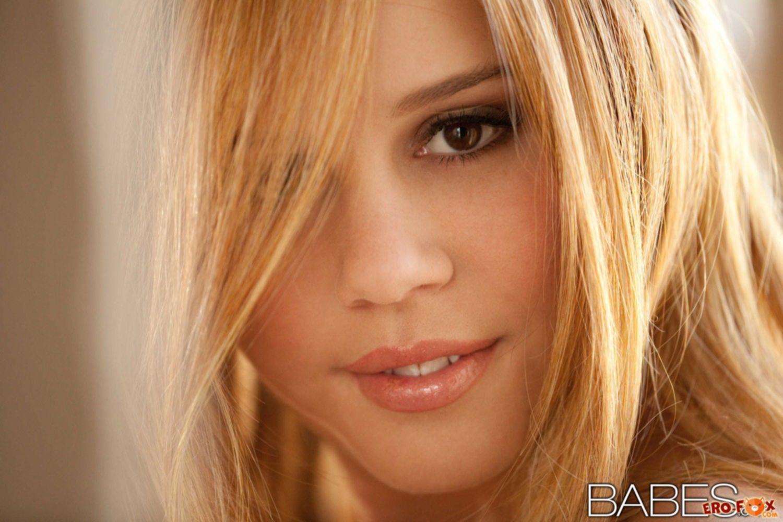 Симпатичная блондинка с волосатым лобком сняла трусы - фото