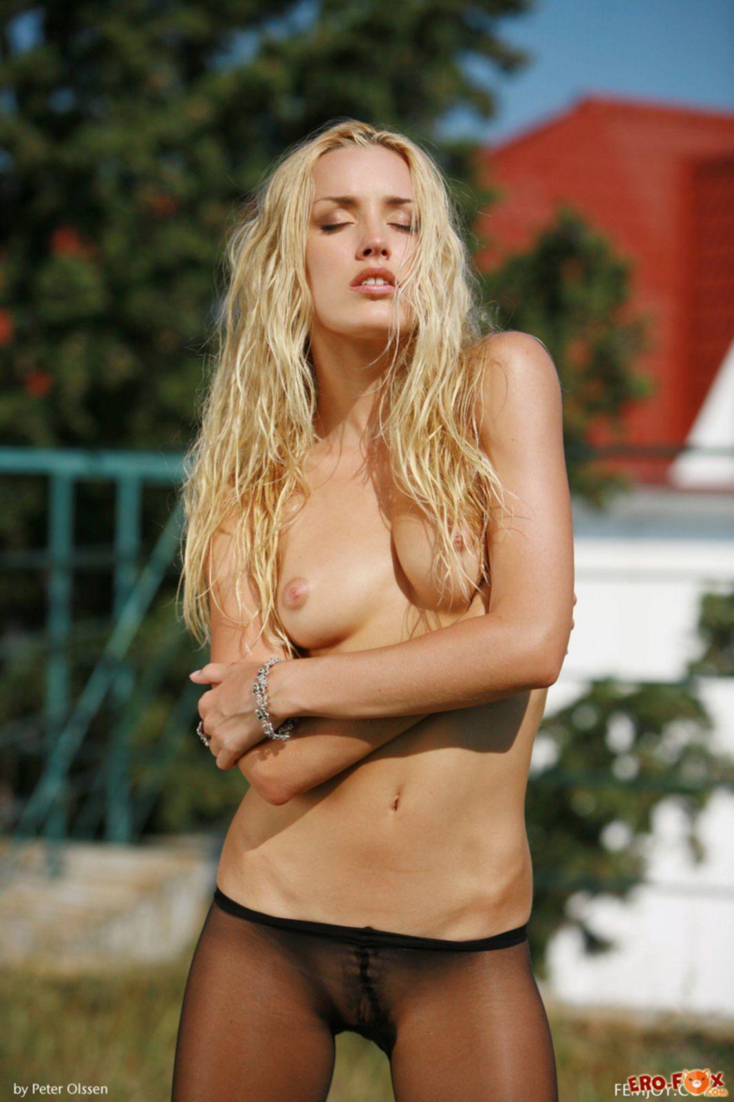 Страстная блондинка сняла капроновые колготки - фото.
