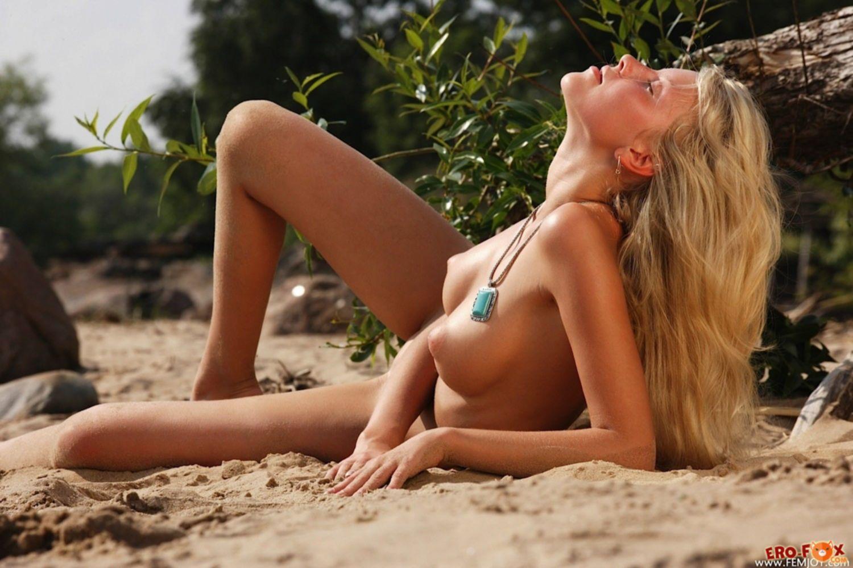Маленькая попка и голая пися девушки на пляже - фото
