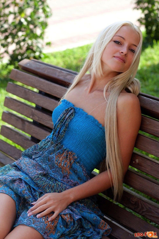 Блондинка в платье без трусов встала раком - фото