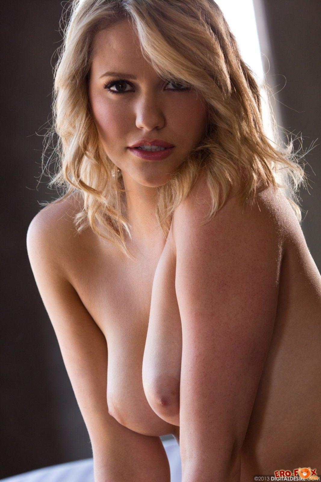 Блондинка показала большую красивую попку - фото