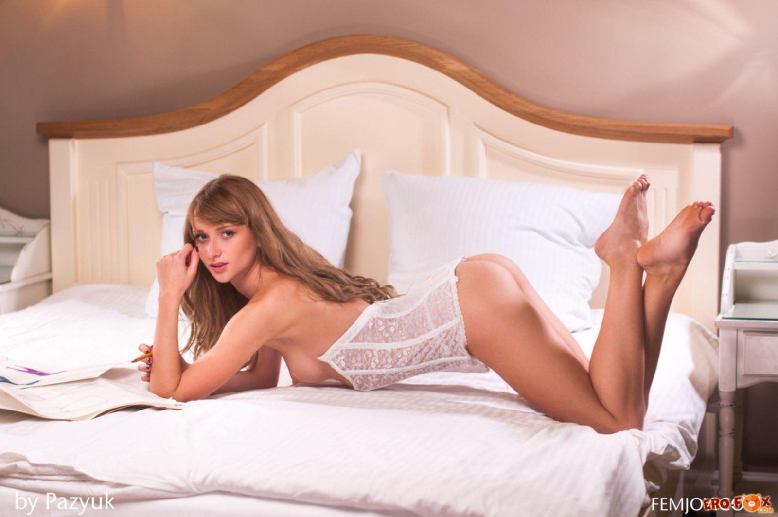 Сексуальная девушка сняла белые трусики » Эротика - смотреть лучшую фото эротику бесплатно.