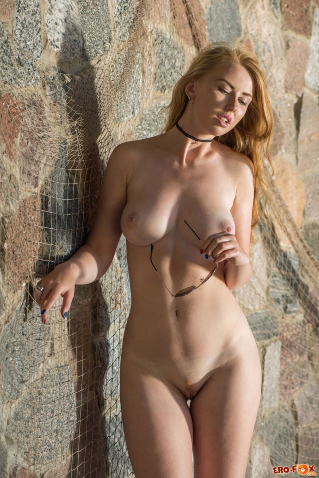 Сексуальная тёлка сняла боди и оголила упругую грудь - фото