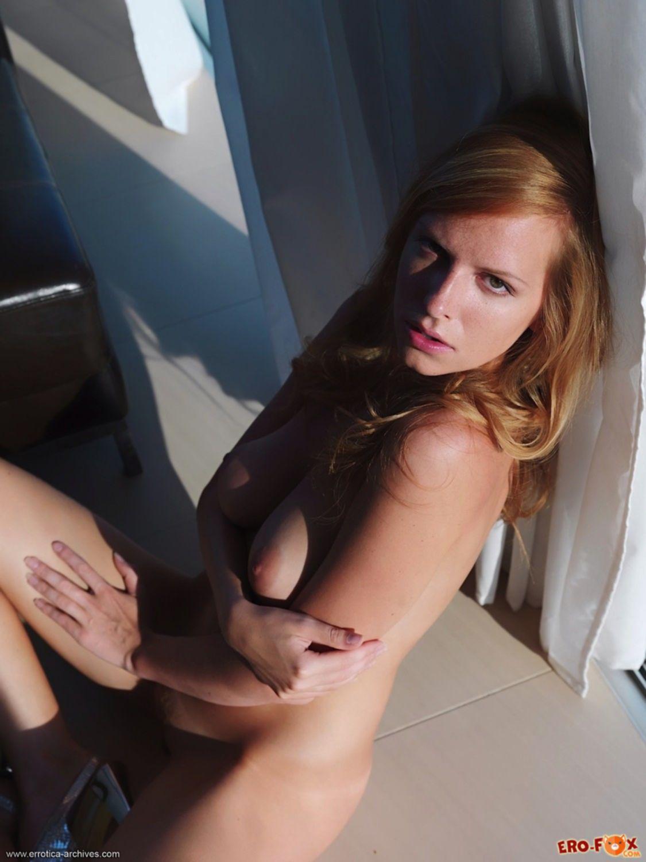 Худенькая блондинка сняла короткое платье - фото