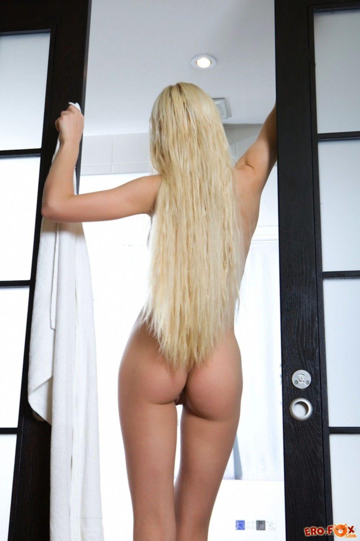 Блондинка снимает платье и голая купается в ванной - фото