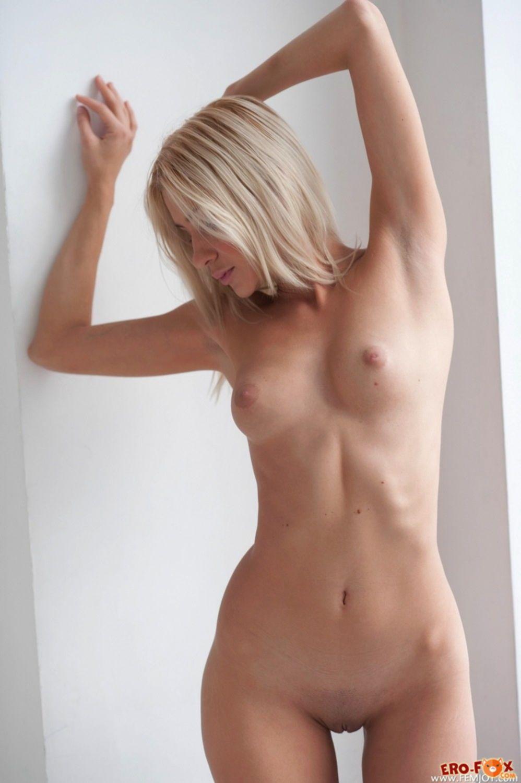 Светленькая нагая красавица с сексуальным телом дома - фото