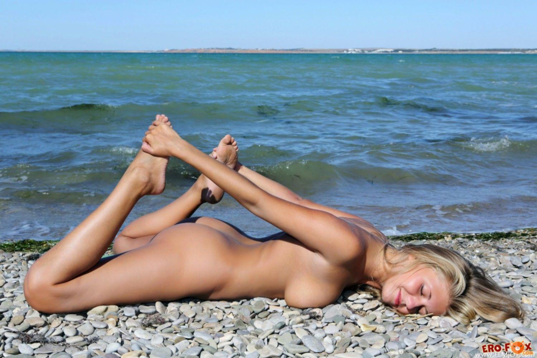 Голая блондинка с волосатым лобком на пляже в Крыму - фото