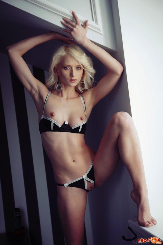 Блондинка сняла трусы и лифчик в постели - фото