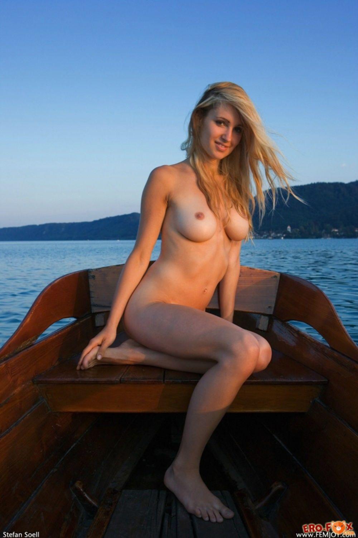 Голая девушка в лодке - фото
