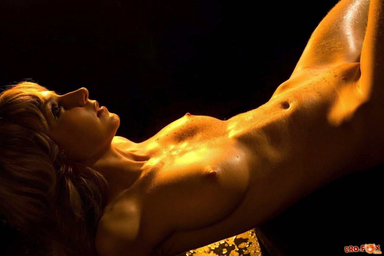 Смачная блондинка с аппетитной попкой - фото эротика.