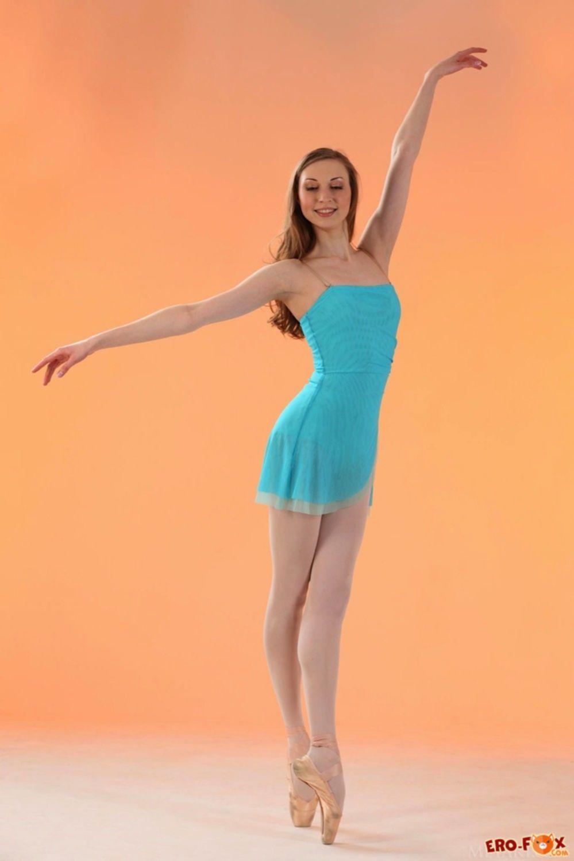 Голая балерина показывает свое сексуальное тело - фото