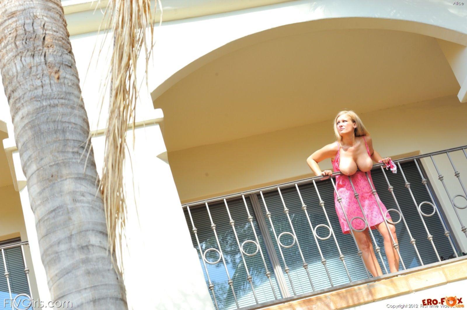 Молодая сисястая блондинка - фото