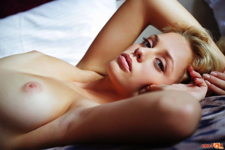 Блондинка в спальне без трусиков - фото