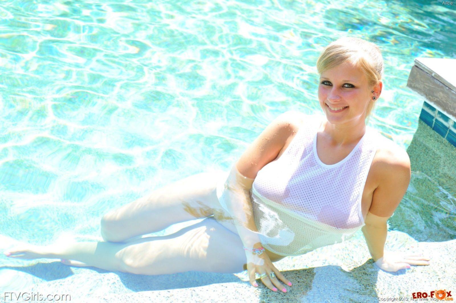 Блондинка с огромными сиськами - фото
