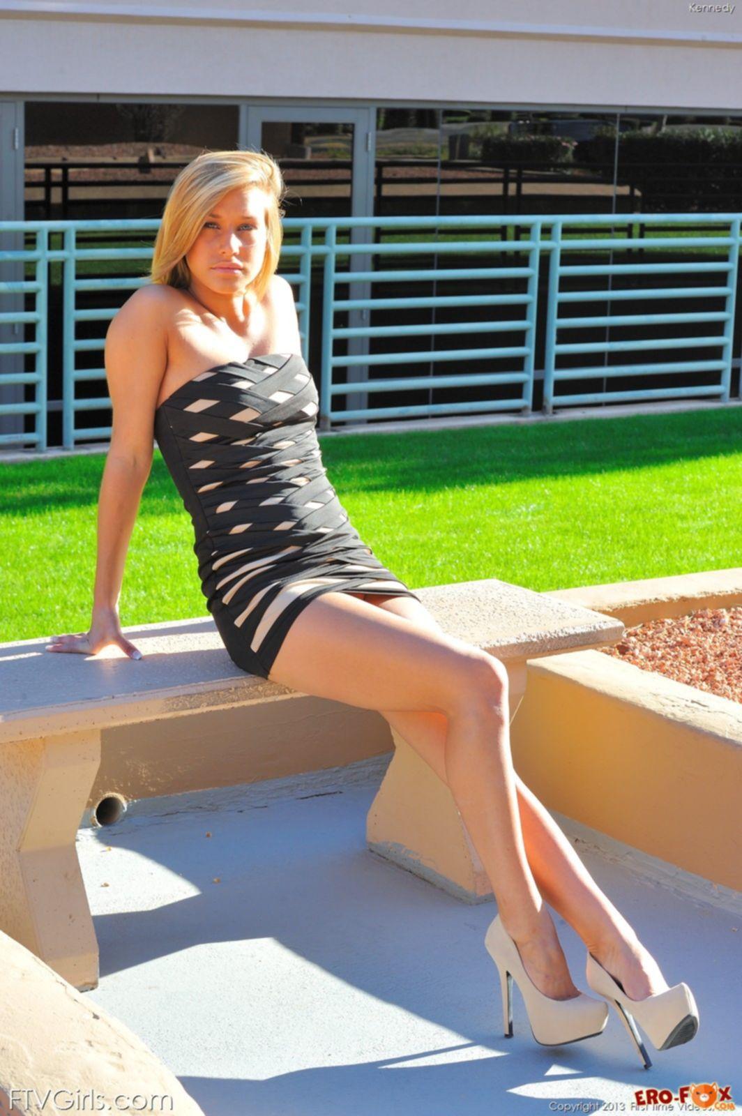 Блондинка в облегающем платье без трусов - фото