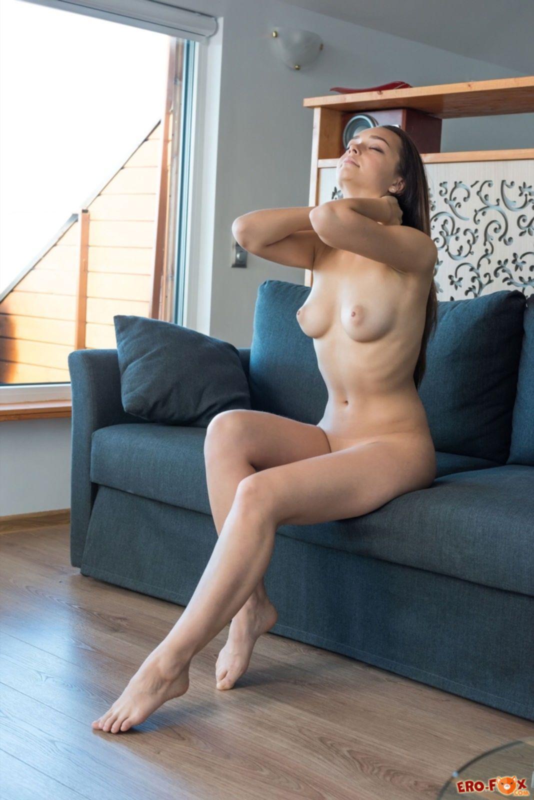 Раздетая милашка с красивым телом позирует в квартире - фото