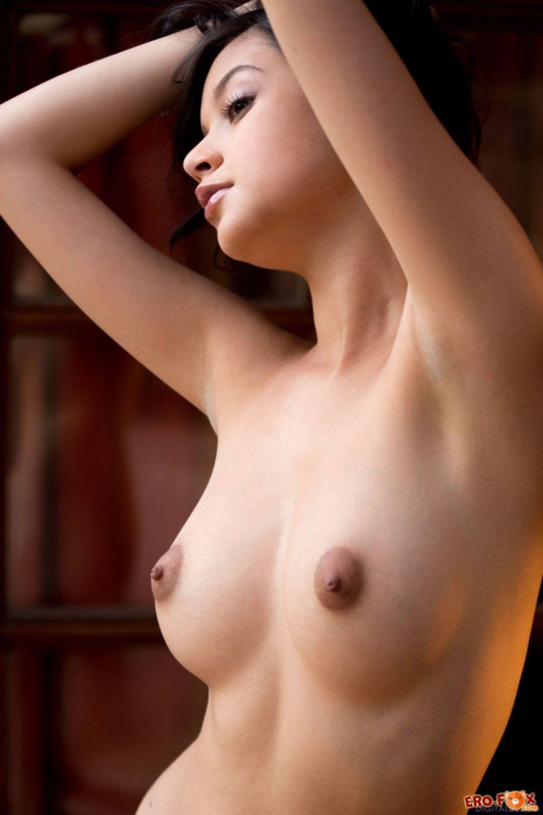 Сочная брюнетка с пышными формами голая - фото