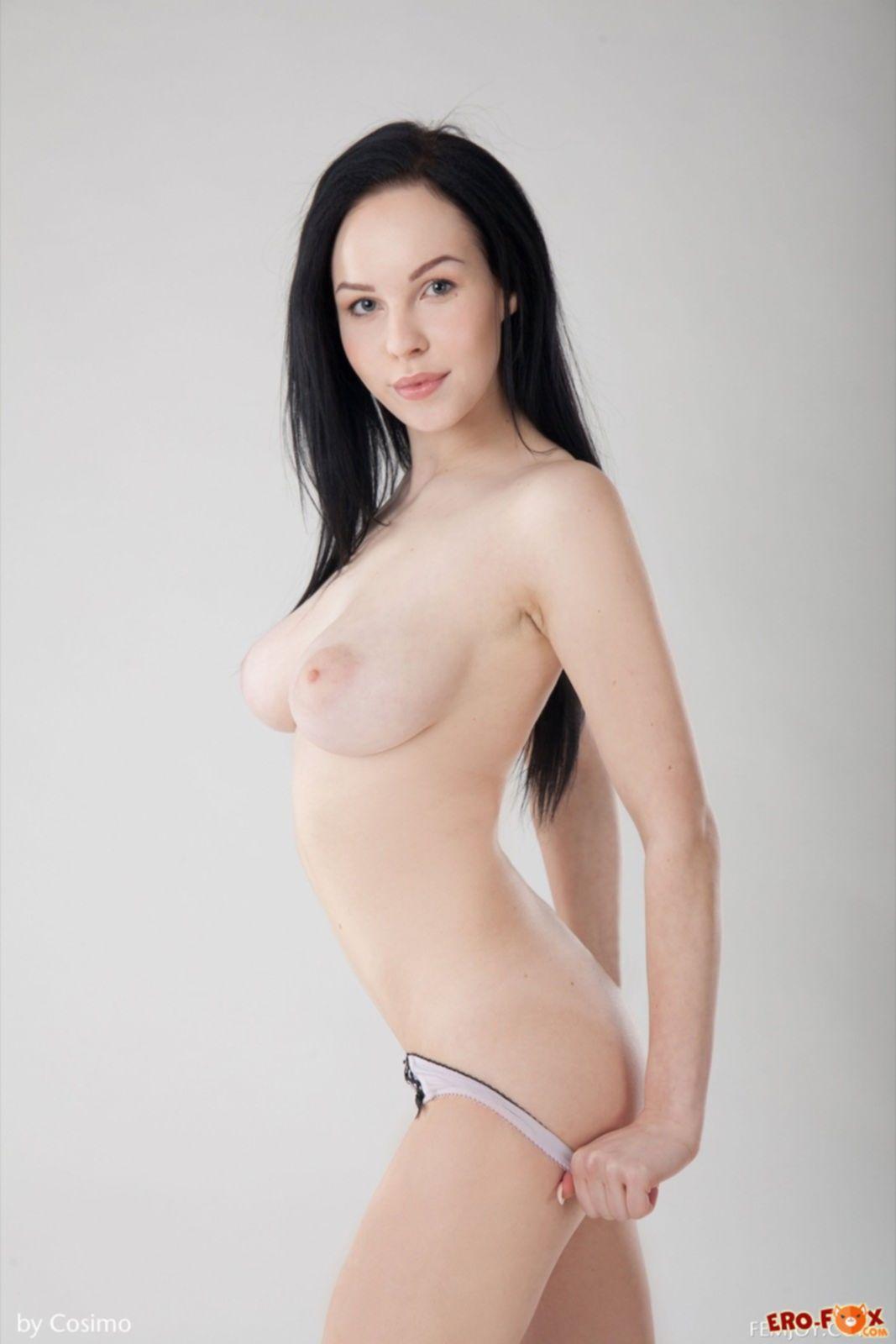Худенькая брюнетка с большими буферами и тощей попкой голая - фото