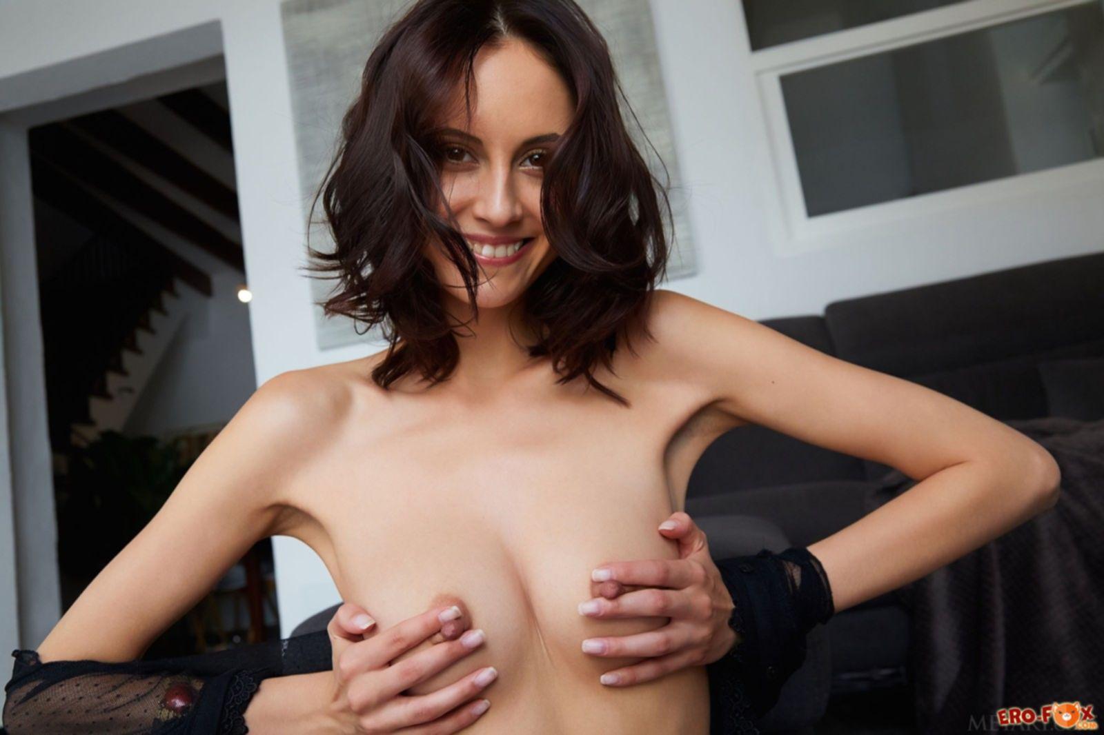 Милая брюнетка с красивыми сосками на голых титьках - фото