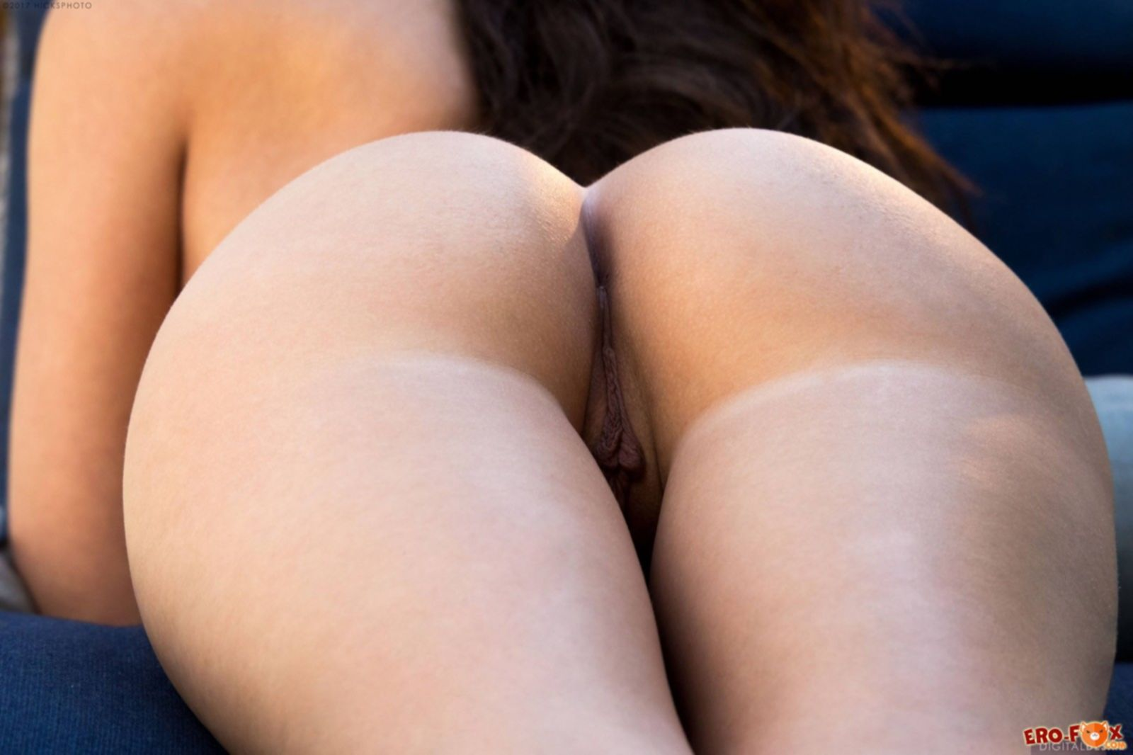 Красивая девушка с плоской грудью и накаченной попой - фото