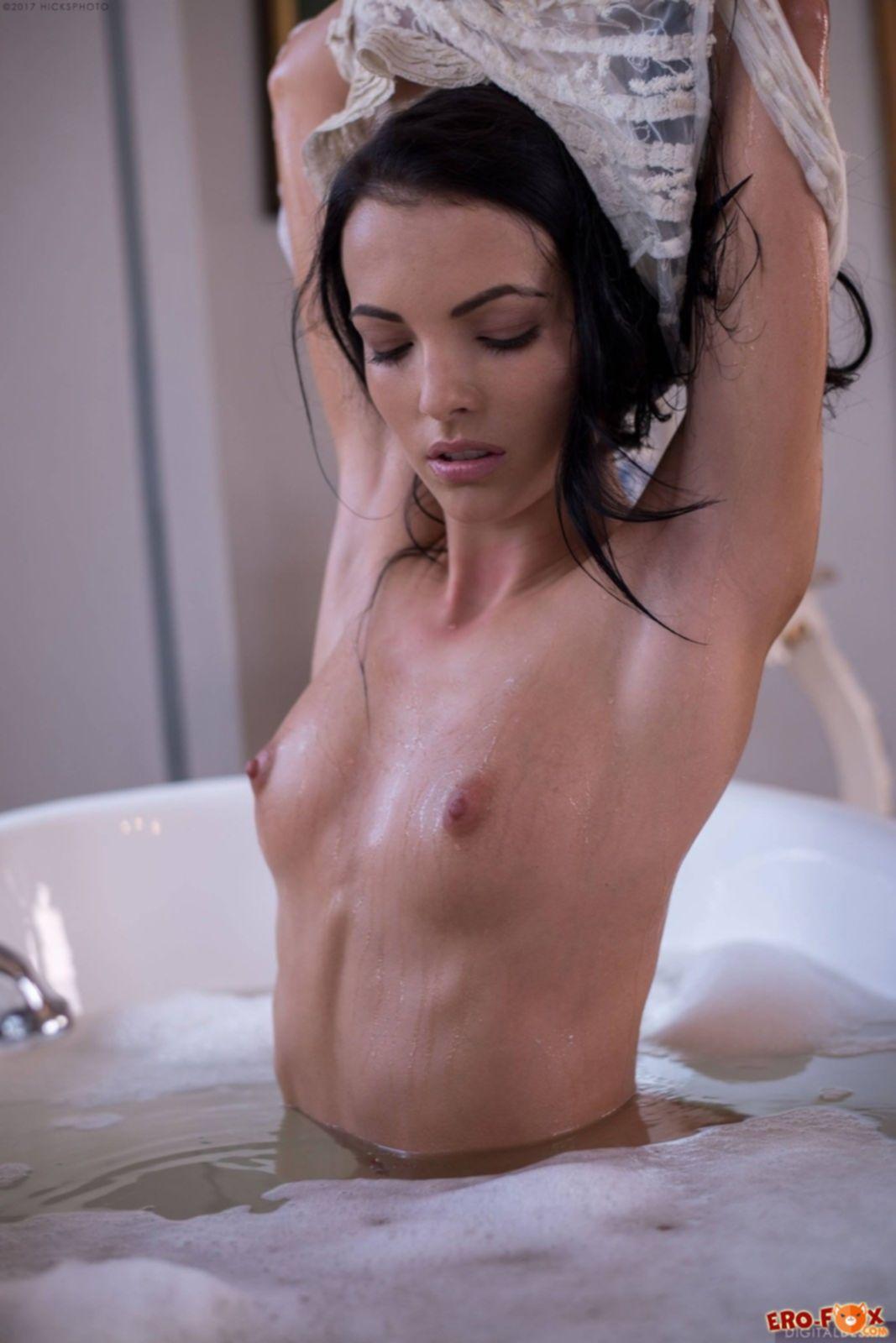 Красивая брюнетка с плоской грудью принимает ванну - фото