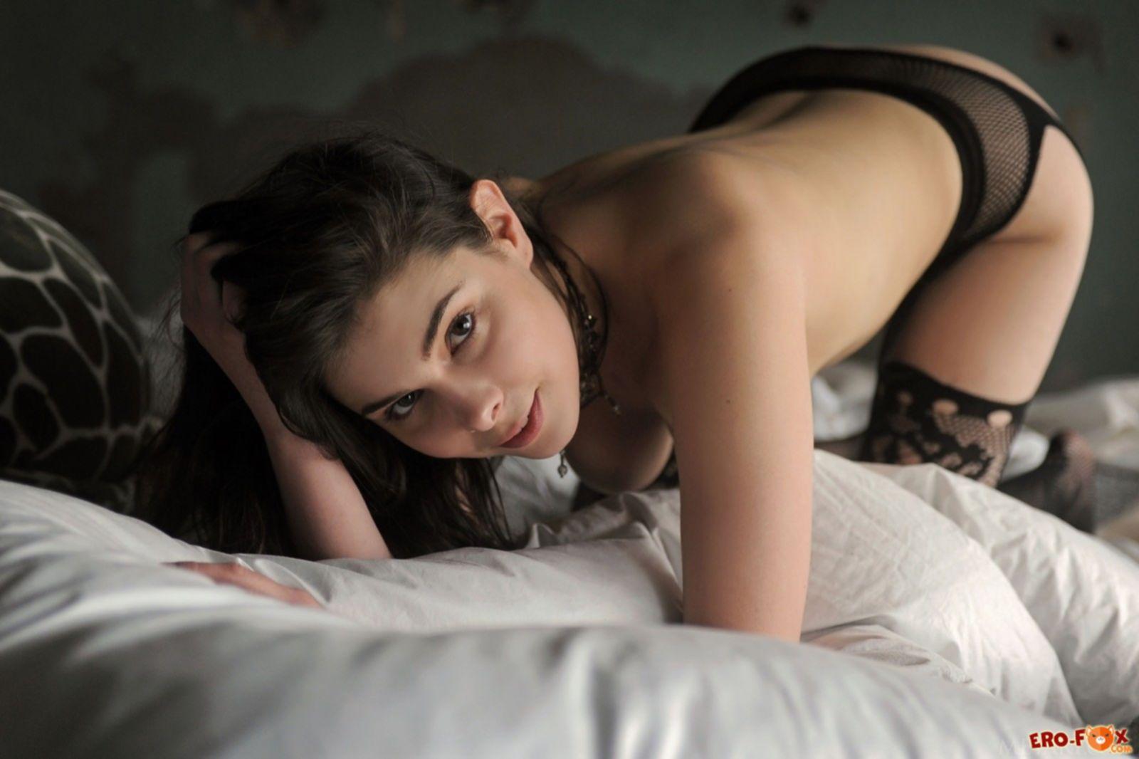 Грудастая девушка в чулках без трусов в постели - фото