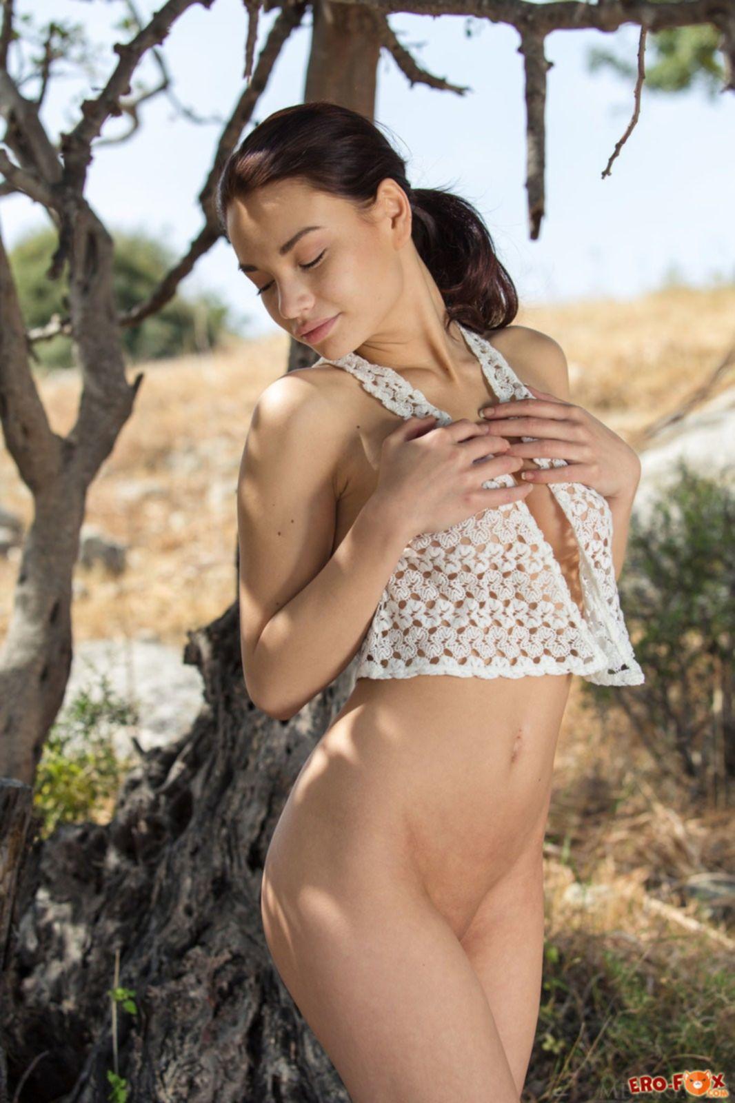 Девушка с большими упругими сиськами - фото голой.