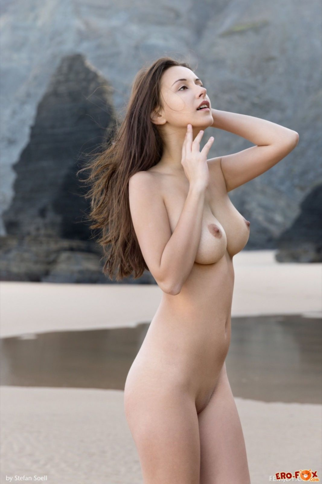 Красивая модель с крупными дойками голышом на пляже - фото