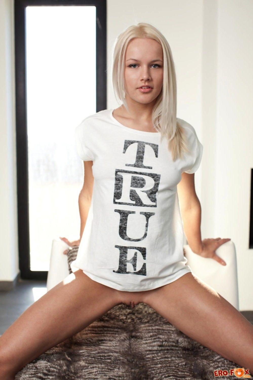 Блондинка в белых трусиках оголилась в спальне - фото