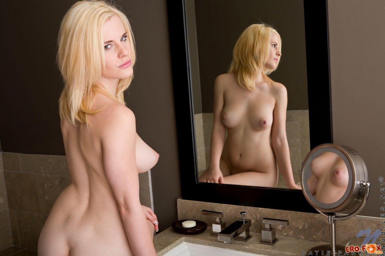 Прекрасная блондинка удовлетворилась в ванной - фото